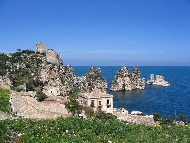 https://commons.wikimedia.org/wiki/File:Tonnara_di_Scopello.JPG