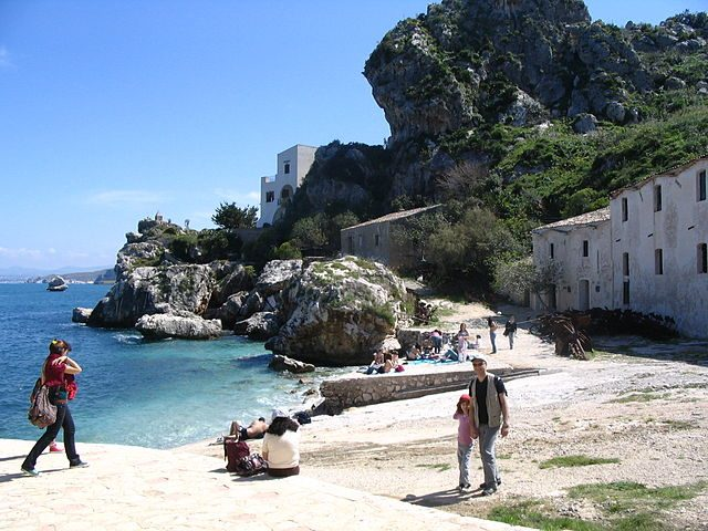 https://commons.wikimedia.org/wiki/File:Tonnara_di_Scopello_-_Plage_-_South_view.JPG
