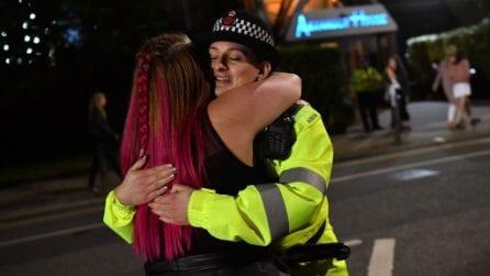 'One love Manchester' - I fan ringraziano i poliziotti per averli protetti, uniti contro la paura
