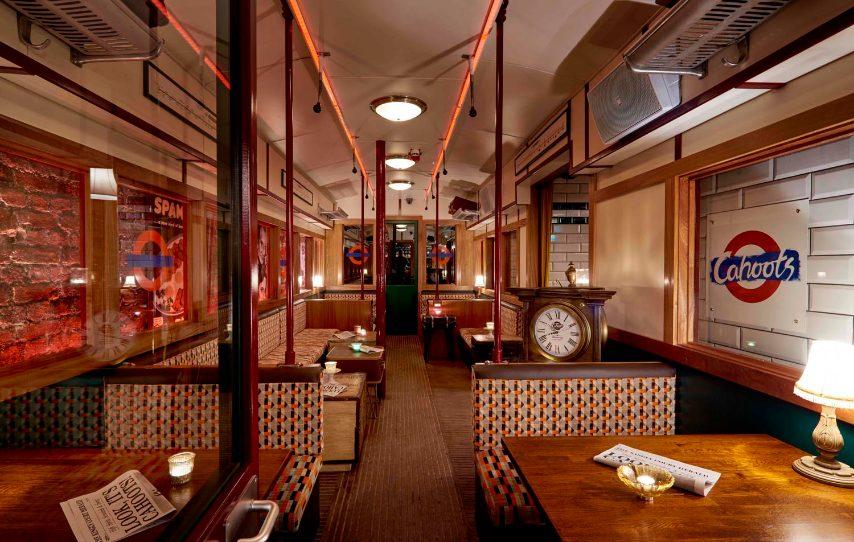 A Londra c'è il Cahoots, che riproduce fedelmente un vecchio vagone della metropolitana all'interno di un ex rifugio antiaereo abbandonato della Seconda Guerra Mondiale. Con sede a Carnaby Street, il bar nel seminterrato trasporta gli ospiti indietro al 1940.