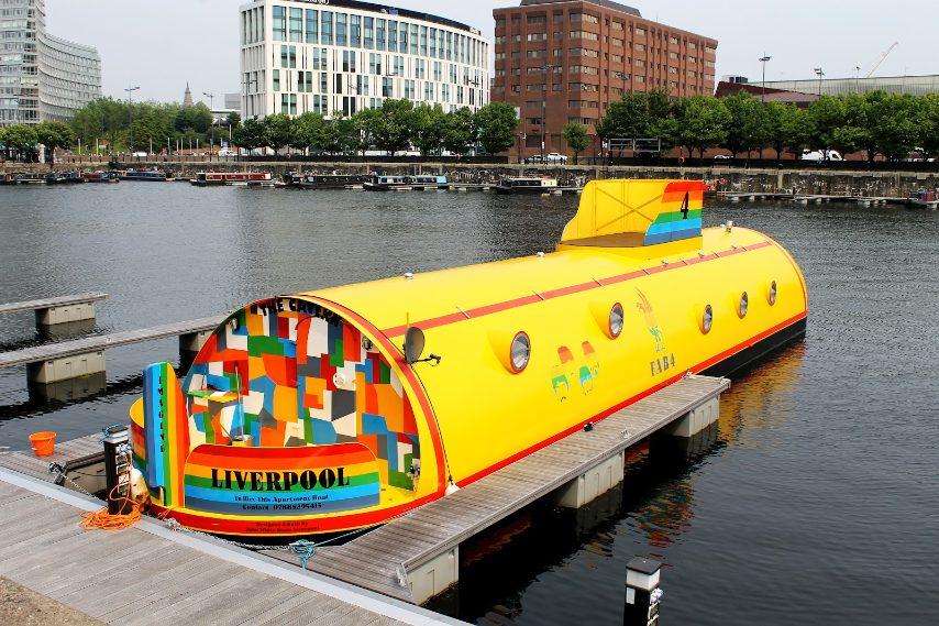 Oggi tutti possono alloggiare in un sottomarino giallo e vivere come in una canzone dei Beatles recandosi nel cuore della Albert Dock, a Liverpool, dove si trova una casa galleggiante, tra le più bizzarre al mondo, in un vero sommergibile giallo.