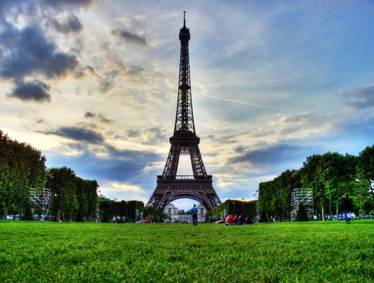 La Tour Eiffel fu costruita in occasione dell'Esposizione Universale (Expo) del 1889. L'Expo per suo statuto è un evento temporaneo dunque Gustave Eiffel progettò la torre in ferro proprio allo scopo di smontarla una volta concluso l'evento espositivo. Inoltre la struttura era così poco gradita ai parigini che fu deciso di demolirla nel 1909. La Torre è oggi il simbolo di Parigi e della Francia perché dopo l'Expo del 1889 ha accolto un trasmettitore sulla sua parte superiore.