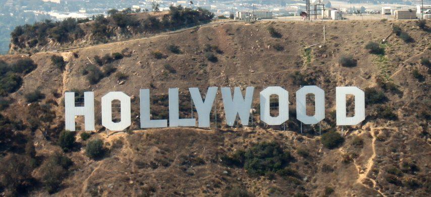 La scritta di Hollywood a Los Angeles doveva essere un'installazione temporanea. Quella che oggi è un segno distintivo della famosa collina della Città degli Angeli e il simbolo del lusso delle star, è stata installata in realtà come opera pubblicitaria. La scritta, caratterizzata da lettere, di colore bianco, larghe 9 metri e alte 15 metri ciascuna, è stata creata nel 1923 per un progetto di sviluppo immobiliare. L'iniziativa immobiliare era destinata ad avere una durata limitata.