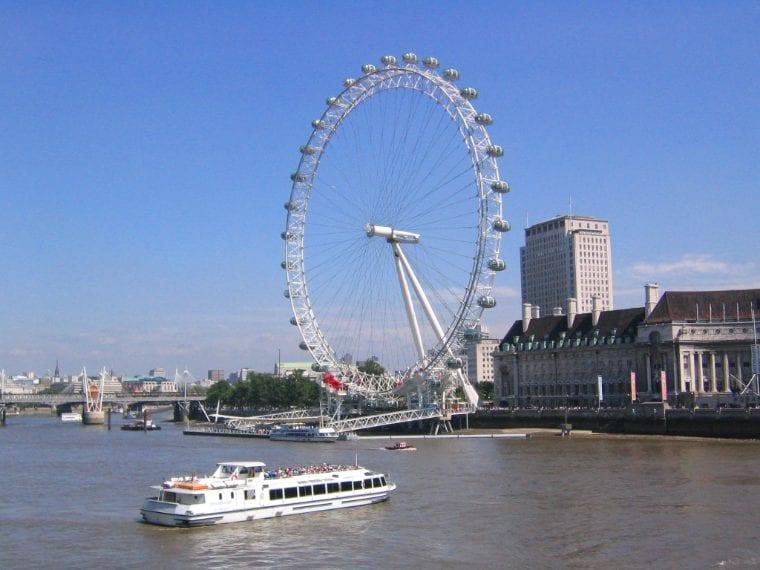 Anche la London Eye di Londra doveva essere demolita nel 2005. La più famosa ruota panoramica del mondo, che oggi segna l'immagine da cartolina di Londra, quando fu inaugurata nel 200 era stata costruita con un permesso valido solo per cinque anni. Visto il grande successo di pubblico e l'affermarsi della London Eye come una delle attrazioni turistiche più importanti di Londra, il Lambeth Council nel 2006 decise di rendere la ruota panoramica una struttura permanente lungo le sponde del Tamigi.