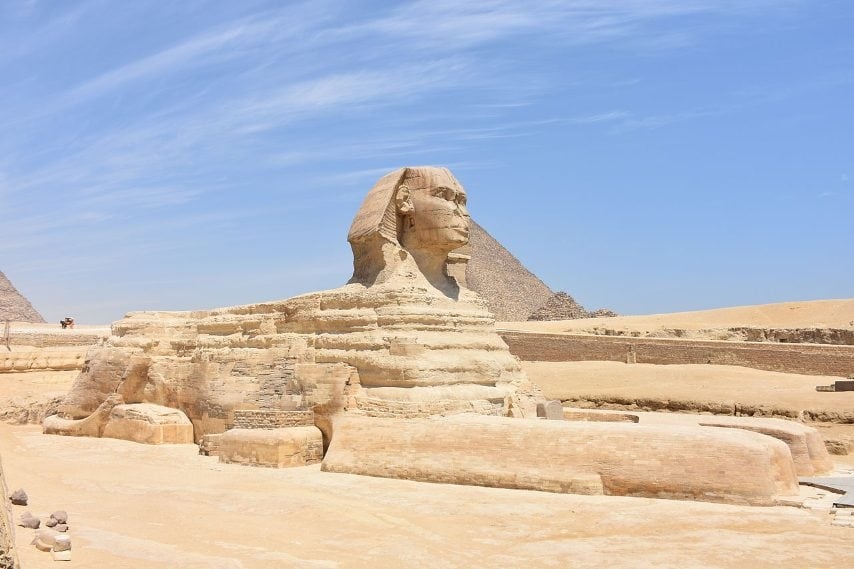 La Grande Sfinge di Giza, in Egitto, che fu costruita attorno al 2.500 a.C. per durare il più a lungo possibile, è stata abbandonata per molto tempo e ha rischiato di essere distrutta dalle intemperie, la sabbia e le razzie umane. Solo nel 1925 furono iniziati i lavori di scavo che hanno riportato il monumento alla luce e lo hanno reso un simbolo della cultura egizia nella storia.