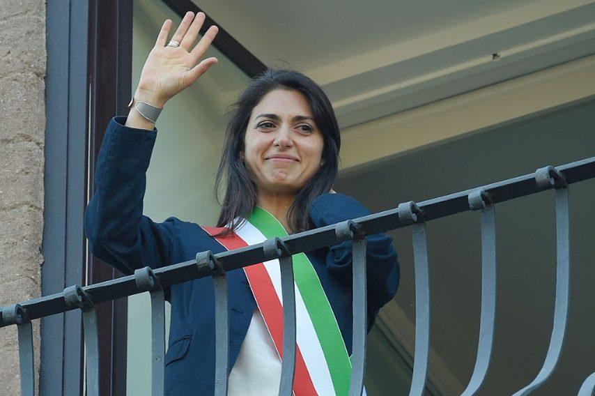 Virginia Raggi si insedia al Campidoglio e scoppia in lacrime quando si affaccia dal balcone dell'ufficio del sindaco a Palazzo Senatorio