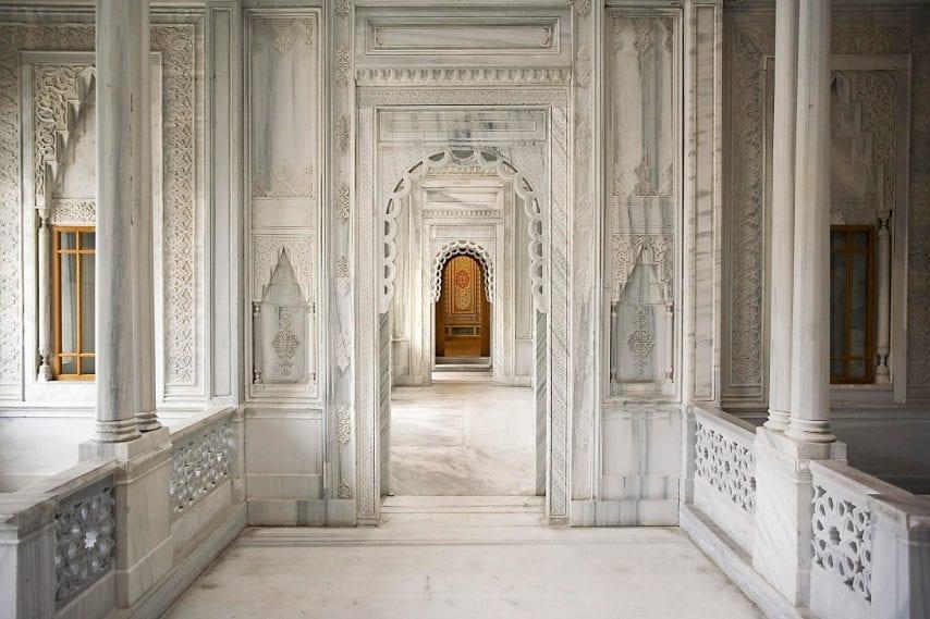 Nel magnifico hôtel Çırağan Kempinski, l'hammam (complesso termale) del palazzo di Çırağan è l'unica parte dell'edificio storico sfuggita alle fiamme dell'incendio che devastò il luogo nel 1910. Costruito da Sarkis Balyan, il palazzo di Çırağan fu terminato nel 1871 dal sultano Abdülaziz.