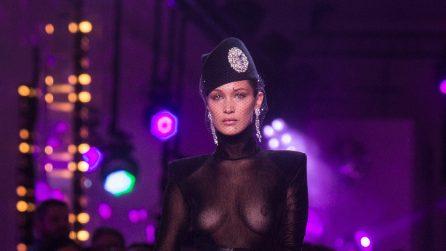 Bella Hadid mostra il seno alla sfilata di Alexandre Vauthier