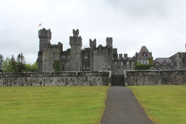 https://commons.wikimedia.org/wiki/File:Ashford_Castle,Cong,Co.Mayo,Ireland_-_panoramio_(2).jpg