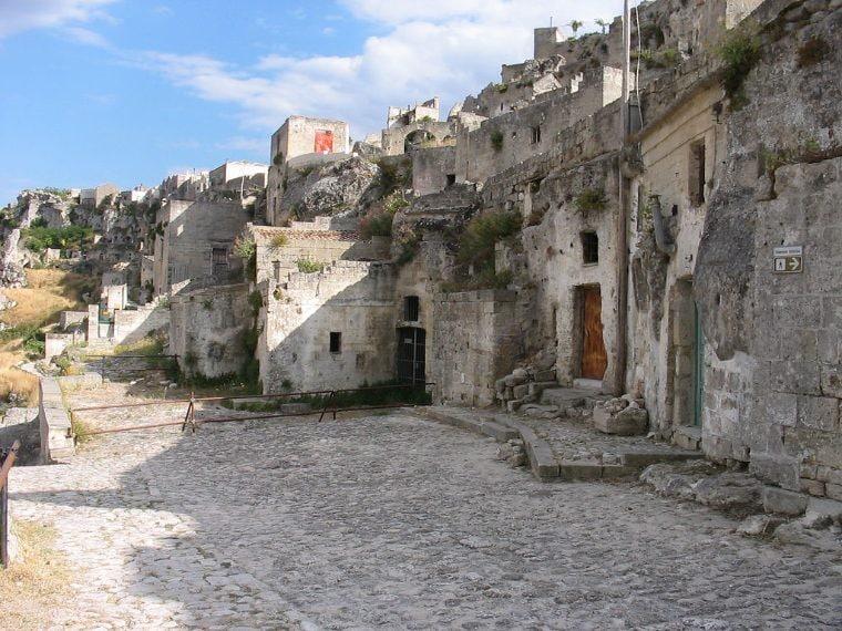 Matera è stata costruita sulle e nelle rocce della regione meridionale della Basilicata. Si dice sia l'unico posto al mondo dove le persone possono vantarsi di vivere ancora nelle stesse case dei loro antenati di 9.000 anni fa.