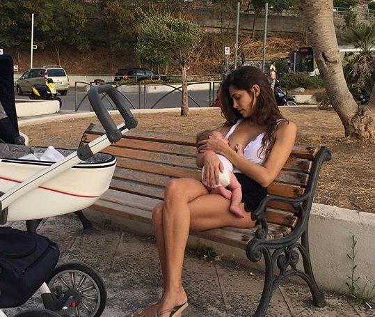 La Romero mamma sexy, allatta il suo bambino in panchina