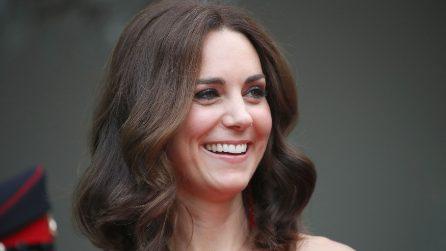 Kate Middleton: a Berlino sceglie l'abito rosso con le spalle scoperte