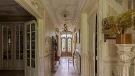 Nella casa abbandonata sembra che il tempo si sia fermato: le immagini sono incredibili