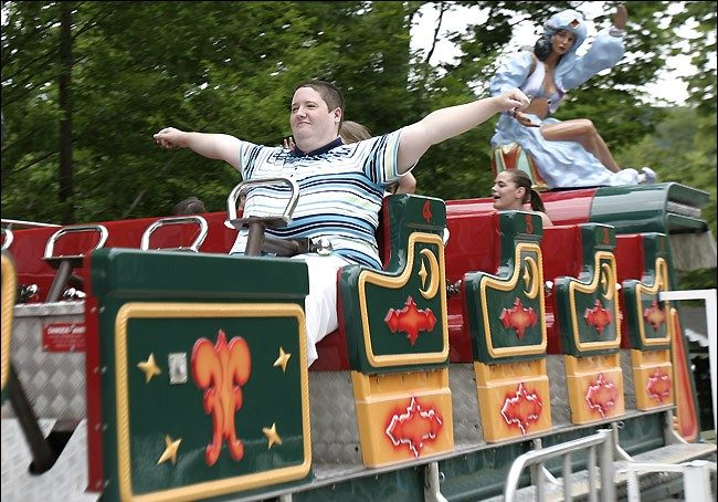 Amy Wolfe ha sposato una giostra in un parco divertimenti della Pennsylvania