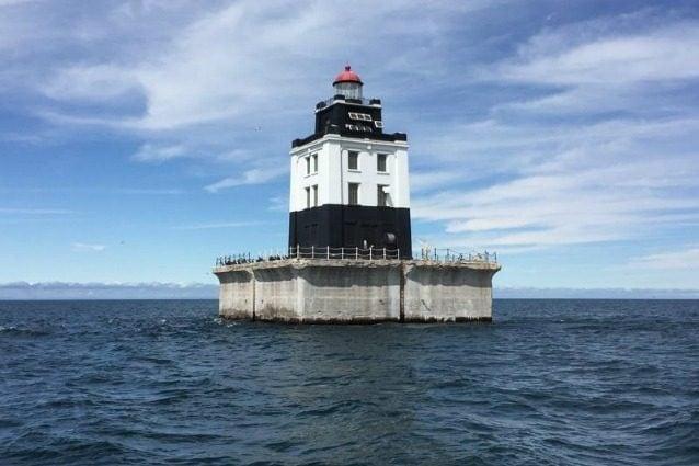 Il faro Poe Reef si affaccia sulla baia di Cheboygan, nel Maryland, ed è anche in vendita al prezzo più basso: l'asta partirà da 10.000 dollari. La proprietà si trova nel lago Huron, all'estremità orientale del Canale del Sud. tra l'isola di Bois Blanc e la terraferma della penisola inferiore del Michigan, circa 6 miglia a est di Cheboygan. Il faro Poe Reef è caratterizzato da una torre quadrata bianca e nera su un tetto di cemento alto da 20 metri.