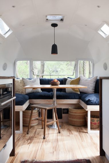 Fonte: https://www.venuereport.com/blog/real-women-report-this-couple-quit-their-jobs-to-renovate-airstreams-so-you-can-road-trip-in-style/