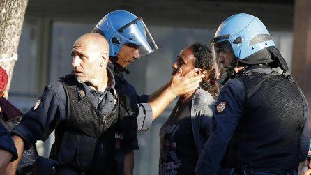 """Piazza Indipendenza, dopo le cariche un agente """"consola"""" una rifugiata"""