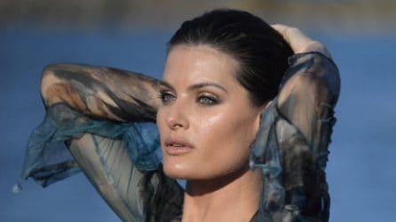 Isabeli Fontana si tuffa durante il photocall a Venezia