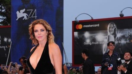 La scollatura vertiginosa di Claudia Gerini a Venezia