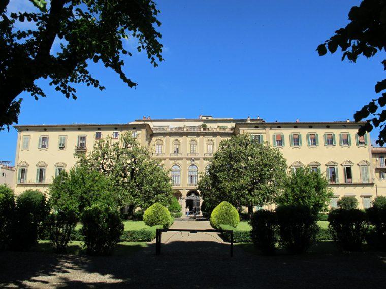 Palazzo Capponi ha il suo piccolo parco posteriore, un giardino a forme geometriche, che confina con quello della Gherardesca, e dal quale la facciata posteriore si offre nella sua imponenza. Un edificio singolare è il lungo padiglione, con una decina di archi, adibito a uccelliera e limonaia, decorato con mosaici, statue, obelischi.