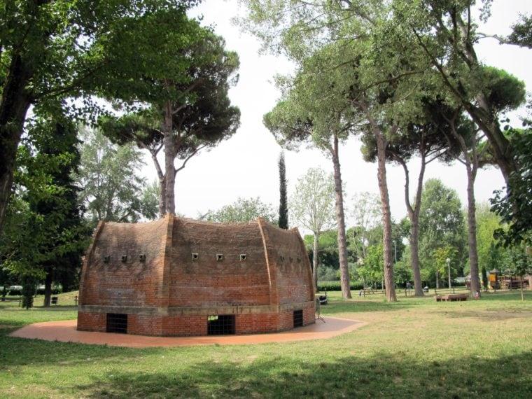 La cupola del Brunelleschi ha sempre rappresentato un rompicapo per le leggi ingegneristiche con le quali è stata progettata e poi costruita. La letteratura sulle possibili soluzioni adottate dal geniale architetto è sterminata. Si è quindi proceduto, per meglio capirne i segreti, non solo studiare la cupola, ma a riprodurla.