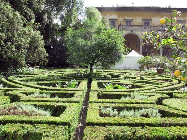 """Dietro le mura del Palazzo Corsini si cela un giardino privato tra i più belli d'Italia, che è anche la curiosa casa, tra l'altro, di ben centotrenta tartarughe, una per ogni albero di limoni. Quando Bernardo Buontalenti progettò nel 1572 Palazzo Corsini, lo completò con un percorso geometrico di siepi, vera """"proiezione verde"""" dei suoi disegni architettonici. Il percorso fu integrato e allargato poco dopo, nel 1624."""