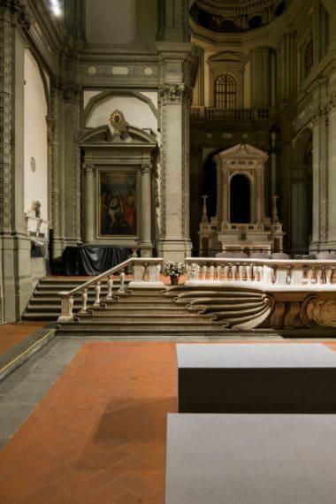 Danneggiata durante la Seconda guerra mondiale e l'alluvione del 1966 e sconsacrata nel 1986, Santo Stefano al Ponte è un'antica chiesa sede di spazi espositivi e di un auditorium dell'Orchestra Regionale Toscana. Il suo nome deriva dal fatto che sorge, nell'omonima piazzetta, a meno di cento metri dal Ponte Vecchio.