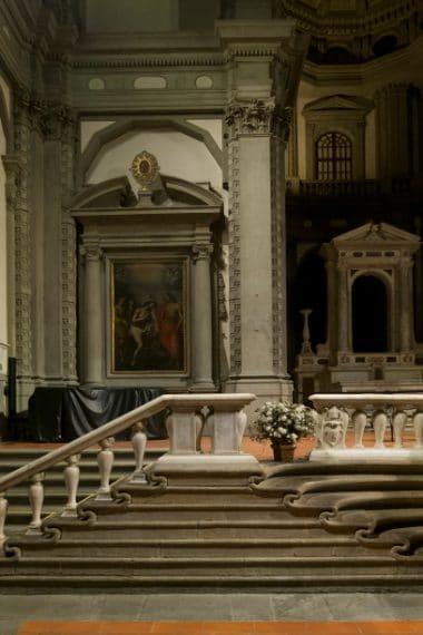 L'interno presenta altri tesori artistici. Nei secoli, infatti, la chiesa ebbe la caratteristica di accogliere arredi e ornamenti da altre chiese sconsacrate, ad esempio da San Pier Schieraggio, abbattuta per fare spazio agli Uffizi, e da Santa Cecilia, oppure da altre ancora che dovevano essere ristrutturate. Tra queste eredità c'e' la sontuosa scalinata con balaustra, capolavoro di Bernardo Buontalenti (1574).