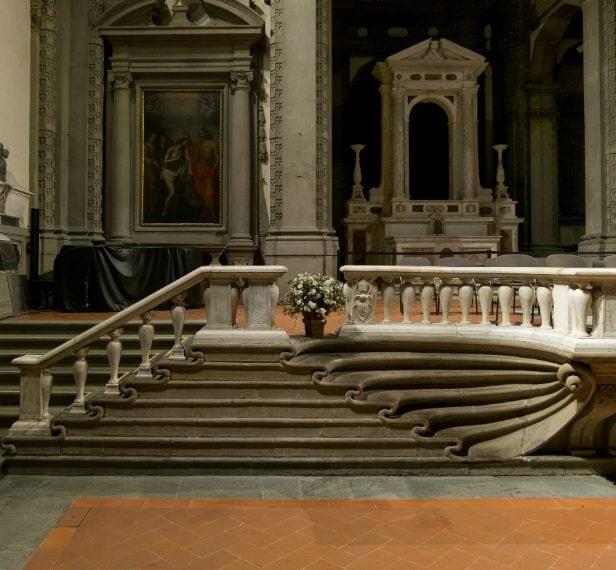 La scalinata presenta dei gradini che assomigliano a delle valve di una conchiglia o a delle ali di un pipistrello, che interrompono lo schema di linee della balaustra. Altro capolavoro è l'altare maggiore opera del Giambologna (1594).
