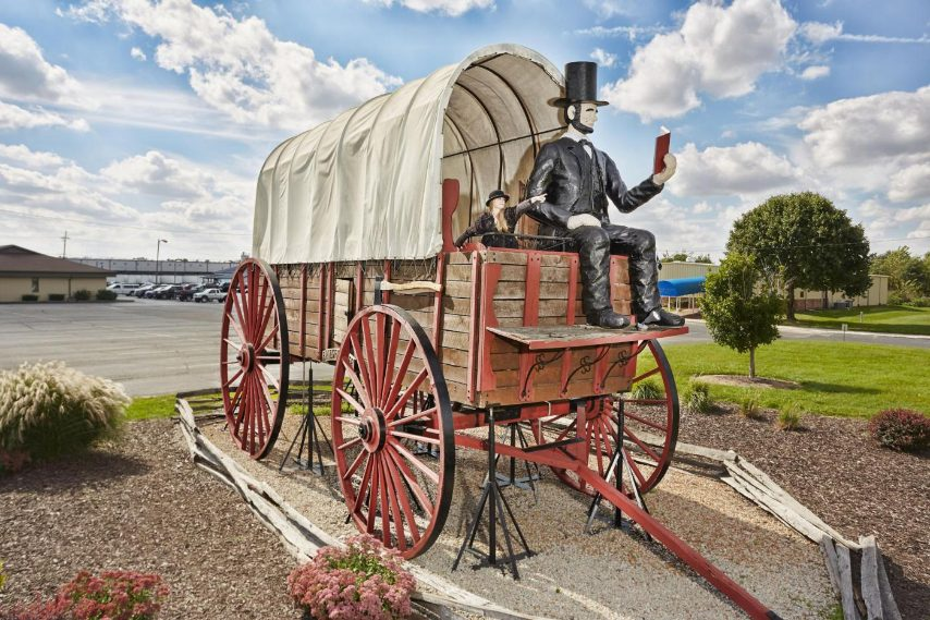 Il più grande carro coperto al mondo è lungo 12,2 m di lunghezza, 3,65 m (12 piedi) e 7,6 m (25 piedi), ed è stato costruito a mano da quercia e acciaio in Illinois da David Bentley (USA) nel 2001. In 2007, l'ufficio di turismo Abraham Lincoln della contea di Logan, Illinois, ha acquistato il carro da $ 10.000 (£ 6.147) da Bentley. Spostarono il carro dall'esterno della sua casa a Pawnee, fino alla Route 66 a Lincoln, Illinois, USA.