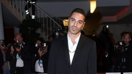 Marracash elegantissimo sul red carpet di Venezia