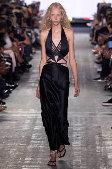 Ilary per la prima puntata sceglie un abito in seta nera con incroci in vita e maxi scollatura che fa parte della collezione Primavera/Estate 2017 dello stilista americano Alexander Wang