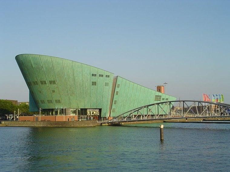 Il più grande centro scientifico dei Paesi Bassi è ispirato al romanzo di Jules Verne, da cui prende il nome del protagonista, Nemo. Progettato nel 1992 da Renzo Piano, l'edificio è caratterizzato dalla facciata principale che ricorda la prua di una nave di colore verde che emerge dalle acque. Dal tetto del Centro si gode di una vista mozzafiato sulla città.