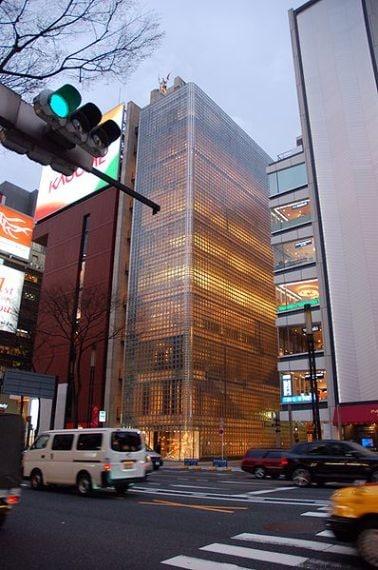 nel 1998 Renzo Piano realizza il primo negozio di Hermès a Tokyo, nell'allora quartiere di Giza in via di sviluppo. Il progetto prevedeva la realizzazione non solo dello showroom ma anche di uffici, di un'area espositiva e di un accesso diretto alla metropolitana. L'edificio di 56 metri di altezza distribuiti in dieci piani si distingue per la particolare facciata di vetro retroilluminato che trasmette perfettamente l'idea di lusso. Oggi Giza è una delle aree più vivaci e colorate del mondo
