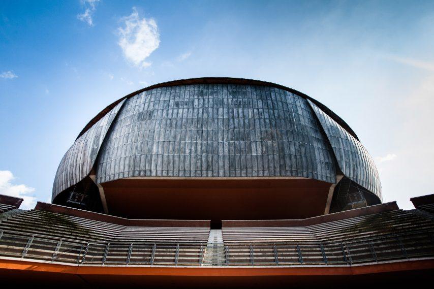 realizzato nel quartiere Flaminio, l'Auditorium di Renzo Piano oggi è uno dei maggiori centri per eventi musicali e non solo in Italia. La struttura è caratterizzata da tre differenti volumi, collegati tra loro, che richiamano la forma dello scarabeo e che corrispondono alle tre sale per concerti della struttura. Le tre sale sono disposte in modo da creare al centro una cavea, in grado di accogliere 3.000 spettatori, che viene utilizzata per gli eventi all'aperto.