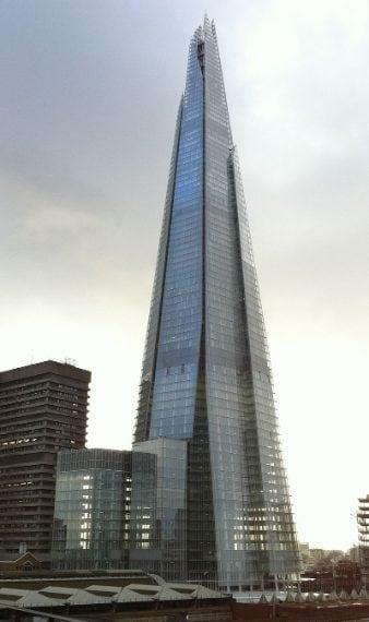 simile ad una lancia di vetro nel cielo di Londra, lo Shard, realizzato nel 2002, ha già ridefinito lo skyline della città. Rappresenta uno dei punti panoramici migliori della capitale inglese. Col la sua altezza di 309 metri costituisce l'edificio per uffici più alto d'Europa.