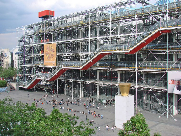 onosciuto anche come Beaubourg, il Centro nacque dalla volontà di Georges Pompidou, presidente della Repubblica francese dal 1969 al 1974, con l'intenzione di realizzare un museo multidisciplinare che accogliesse opere d'arte, di musica, di design, di fotografia, cinematografiche e audio-visive. La giuria del concorso di progettazione, presieduta da Jena Prouvé, assegnò il primo premio agli architetti Renzo Piano, Gianfranco Franchini e Richard Rogers, allora sconosciuti.