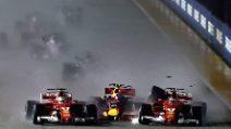 Incidente al via, le due Ferrari fuori dopo il contatto con Verstappen