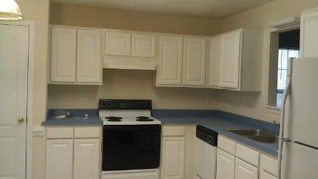 La cucina è vecchia, viene ristrutturata: la trasformazione è incredibile