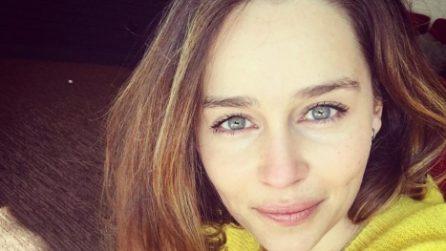 Tutti i look di Emilia Clarke, da bionda a castana