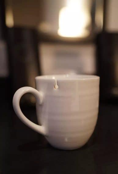 Niente più problemi con le bustine del tè. Questa tazza mantiene le bustine fisse e senza che possano cadere.