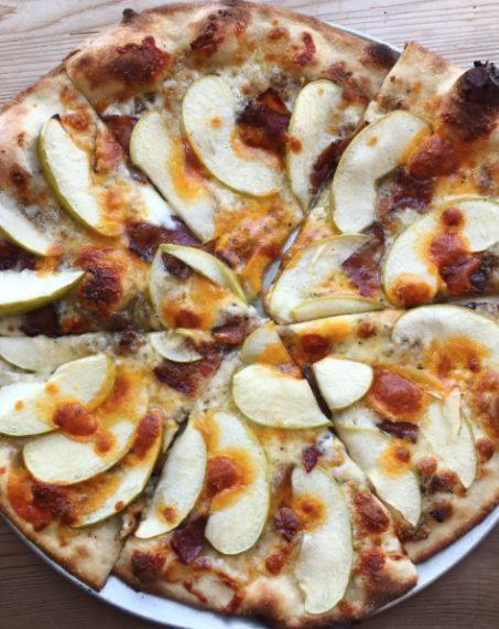 Accompagnata da mozzarella, bacon, sciroppo d'acero e cheddar. Fonte: https://www.instagram.com/p/BZbXgaZBeDT/?tagged=applepizza
