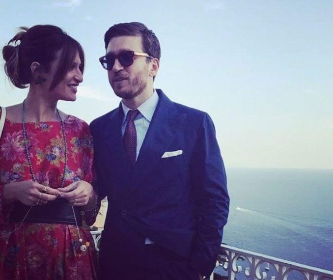Tra gli invitati, l'attore Alessandro Roja con la moglie Claudia Ranieri (figlia di Claudio, l'allenatore)