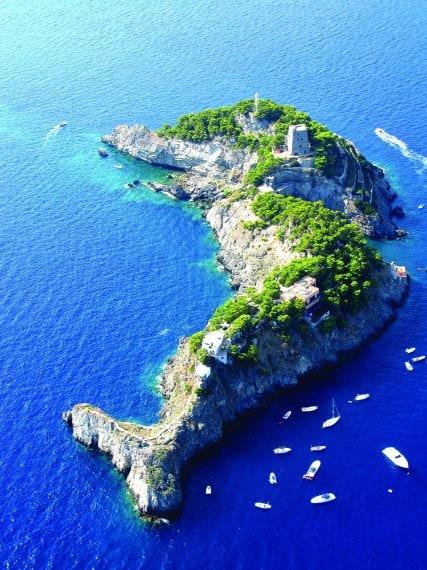 Li Galli viene identificato con il luogo in cui le sirene vivevano e ammaliavano i marinai in transito, facendoli naufragare contro gli scogli.