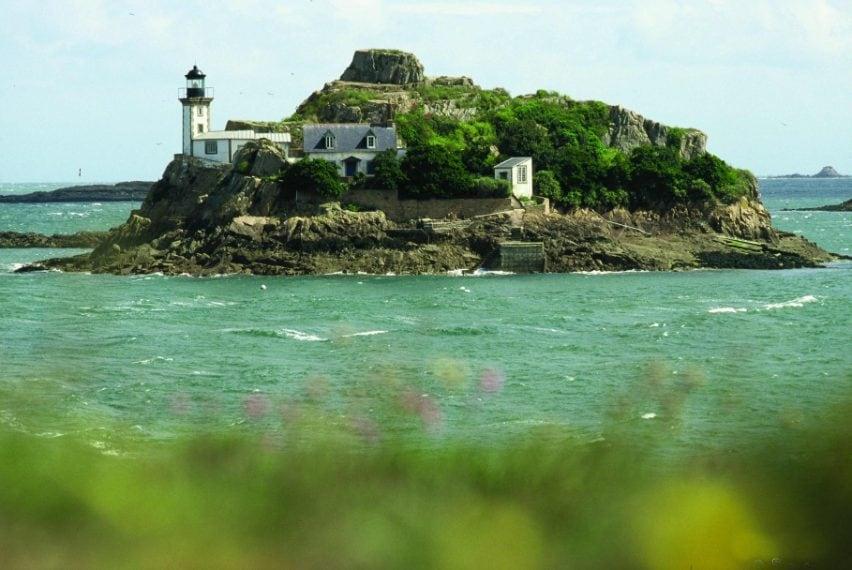Il faro è stato inaugurato il 31 dicembre 1860. Si trova nella baia di Morlaix, a 350 metri al largo dalla costa di Carantec. Gli ospiti possono dormire nella casa del guardiano. www.carantec-tourisme.com