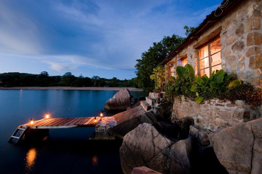 La stanza Makengulu si trova su una piccola isola privata a pochi metri dalla spiaggia, nascosta tra le bougainville. Si raggiunge attraverso un piccolo ponticello in legno. Un luogo da sogno. www.kayamawa.com