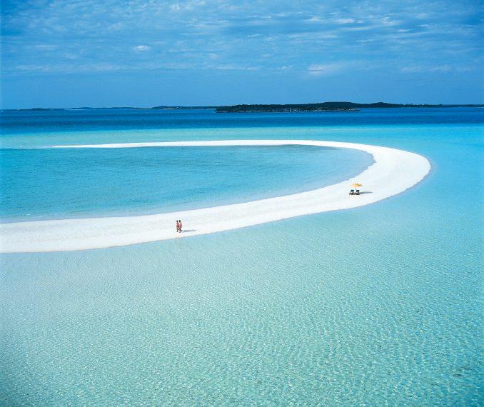 L'isola attualmente appartiene al famoso illusionista statunitense David Copperfield, che ha perfettamente preservato l'ambiente di questo luogo incantato. Servizio perfetto, cucina di altissimo livello, tre chilometri di meravigliose spiagge di sabbia bianca e fine come lo zucchero a velo. Un luogo scelto anche da celebrità come John Travolta e Oprah Winfrey. A 40 minuti di volo da Miami e poi altri 15 da Great Exuma.