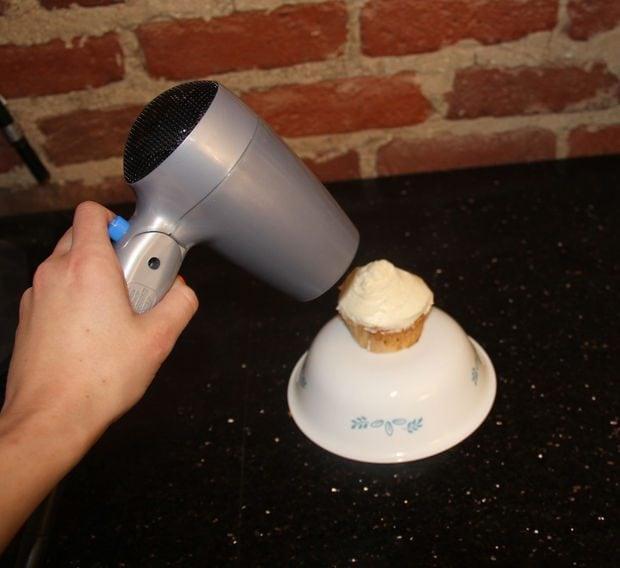 Per dare ai vostri dolci un tocco professionale, accendete il phon alla minima potenza poi passatelo sulla glassa che così risulterà molto più brillante.