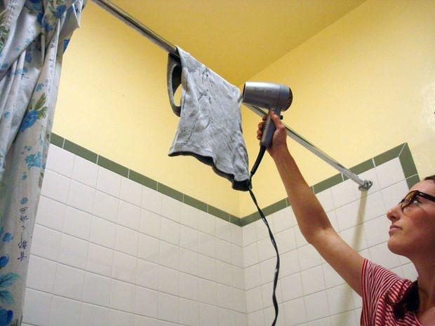 In giornate di pioggia o in mancanza di un balcone, l'asciugacapelli può essere un'alternativa utile per asciugare rapidamente i vestiti.