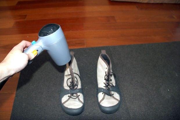 Con la pioggia o la neve naturalmente potete usare il phon per asciugare in modo rapido scarpe e stivali.